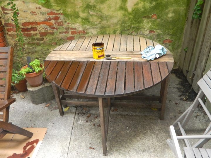 DIY-updating-outside-furniture-staining-table