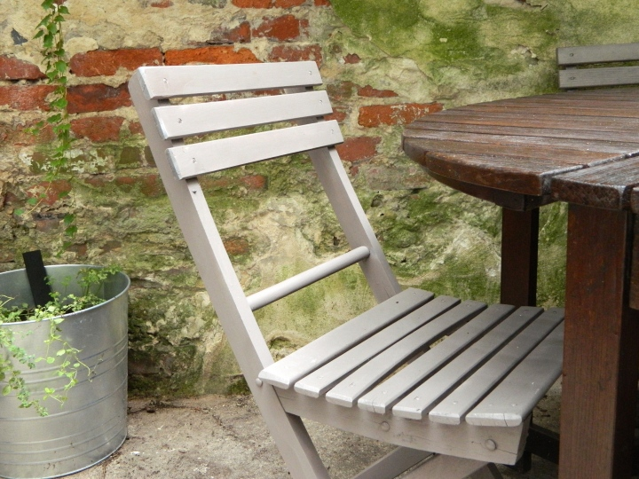 DIY-updating-outside-furniture-finished-folding-chair